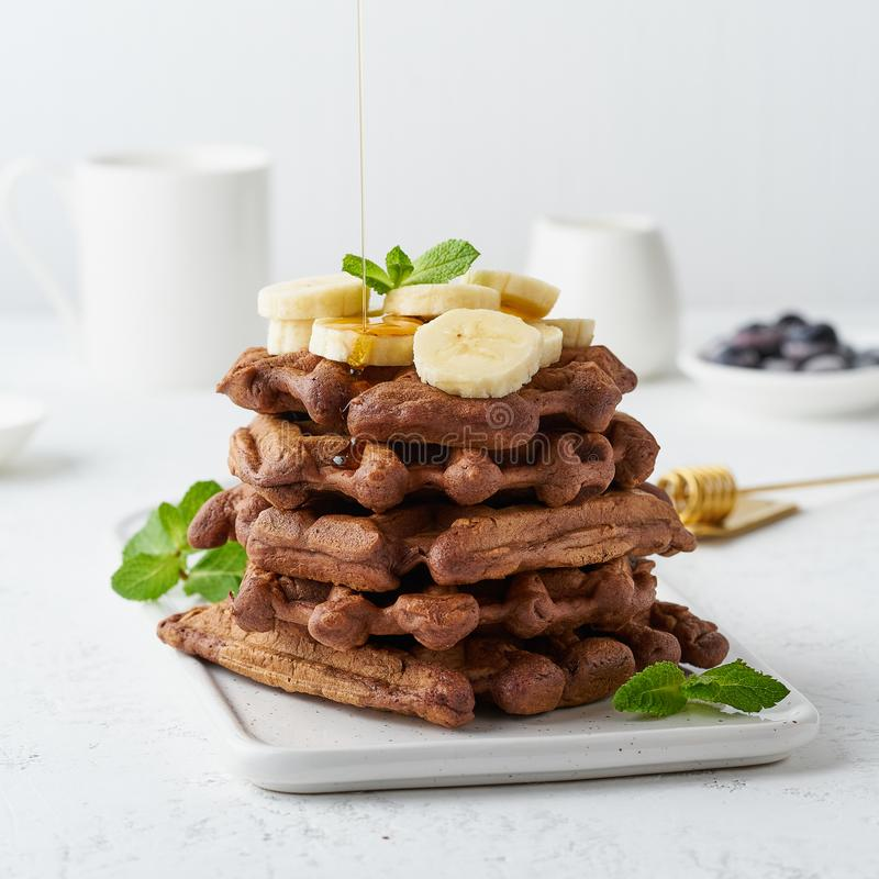 巧克力香蕉奶蛋烘饼用在白色桌,侧视图上的枫蜜 甜早午餐,枫蜜流程 库存图片