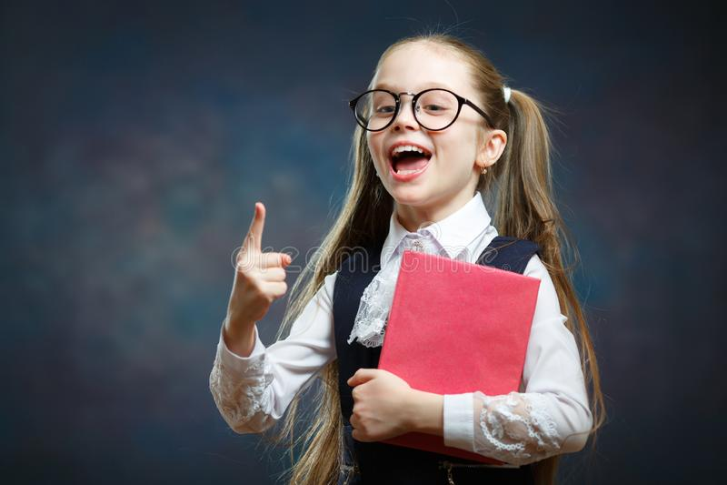 巧妙的女小学生举行书点食指 库存照片