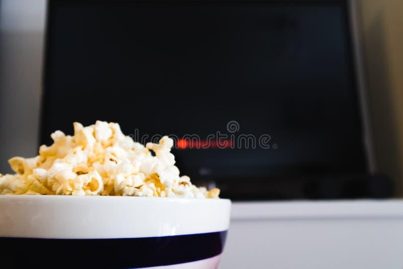 巧妙的电视和玉米花碗 库存照片