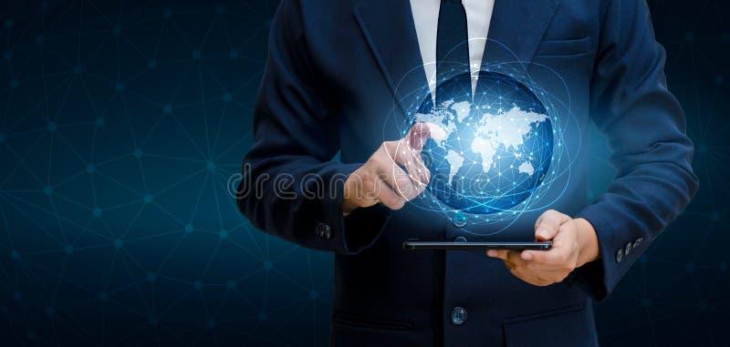 巧妙的电话和地球连接不凡的通信世界互联网商人在Int按电话沟通 免版税库存照片