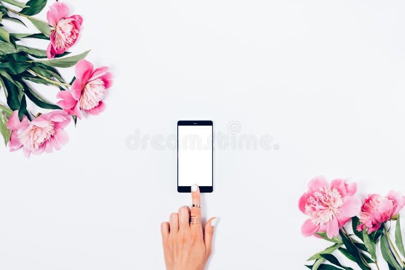 巧妙的电话屏幕的妇女伸手可及的距离  库存图片