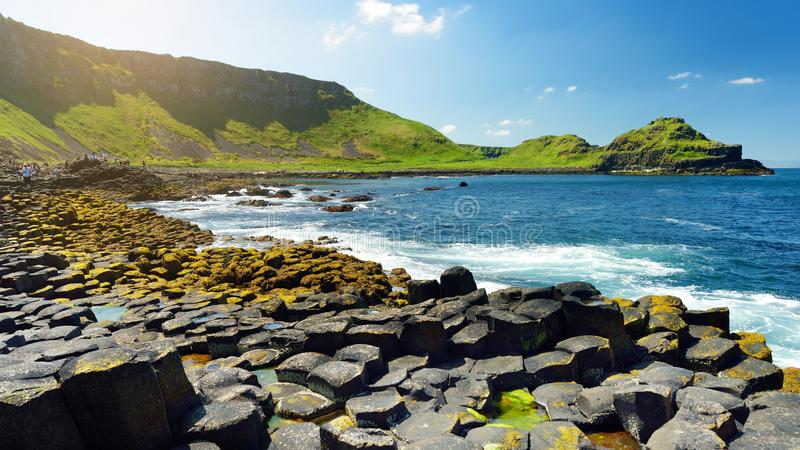 巨人堤道,六角玄武岩石头区域,创造由古老火山的裂痕爆发,安特里姆郡,北爱尔兰 图库摄影