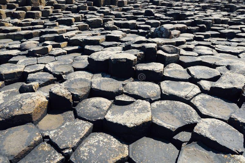 巨人堤道,六角玄武岩石头区域,创造由古老火山的裂痕爆发,安特里姆郡,北爱尔兰 免版税库存照片