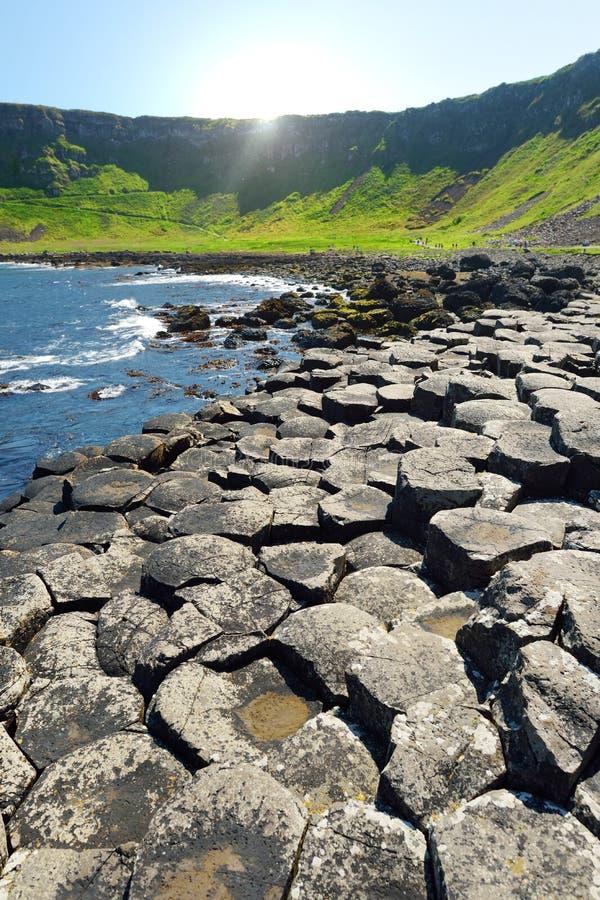 巨人堤道,六角玄武岩石头区域,创造由古老火山的裂痕爆发,安特里姆郡,北爱尔兰 免版税库存图片