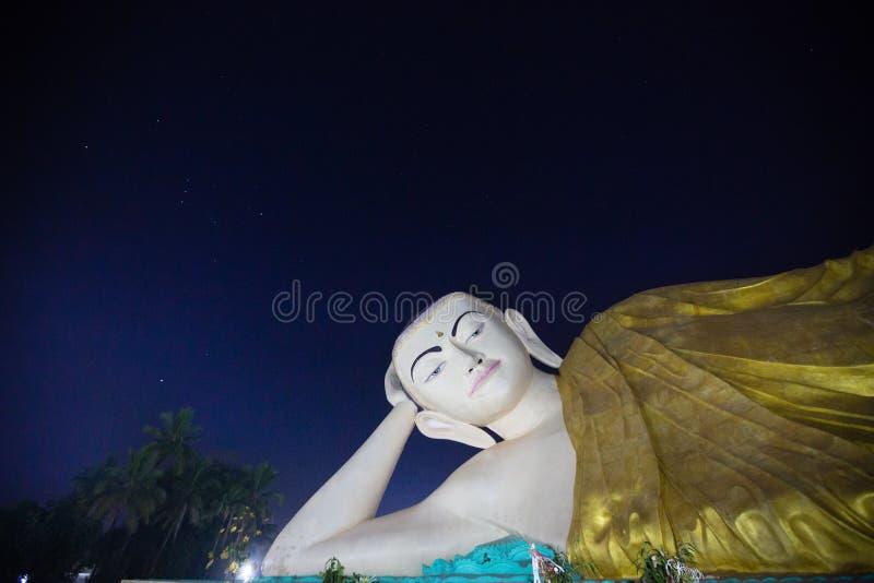 巨人菩萨雕塑在晚上 免版税库存图片