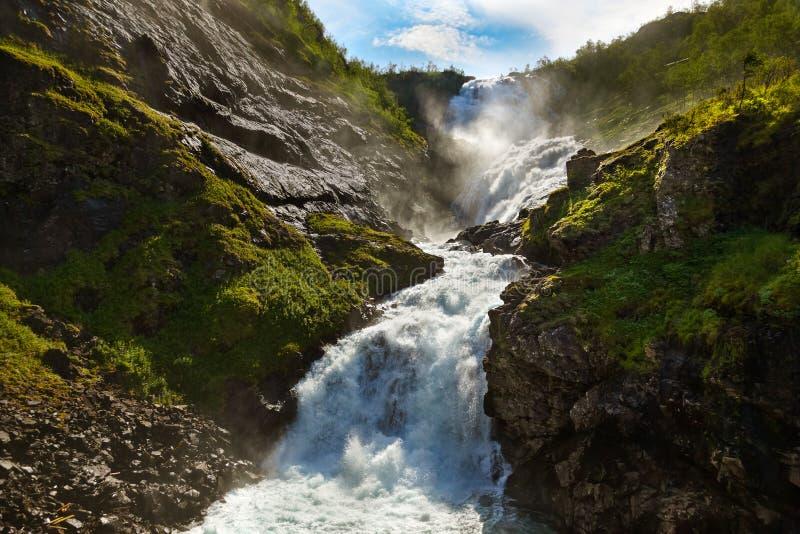 巨人Kjosfossen瀑布在Flam -挪威 免版税库存照片