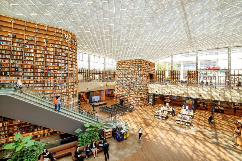 巨型书架和Starfield图书馆读书区域看法  免版税图库摄影