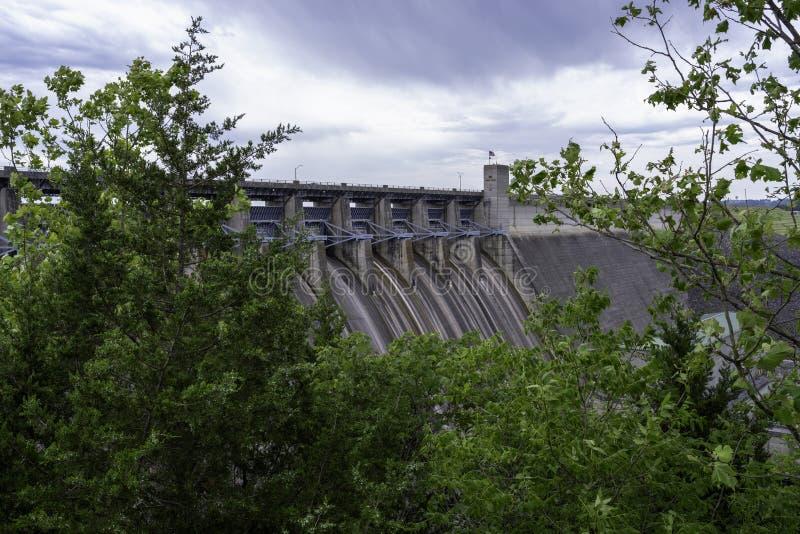 巨型和印象深刻的表岩石水坝 库存图片
