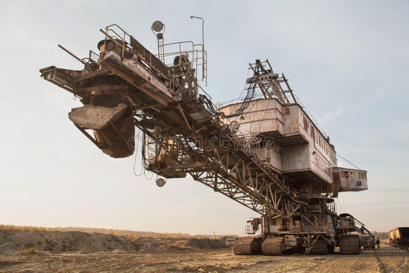 巨型堆货机 在沙子猎物的斗链挖掘机 粒状材料处理 免版税库存照片