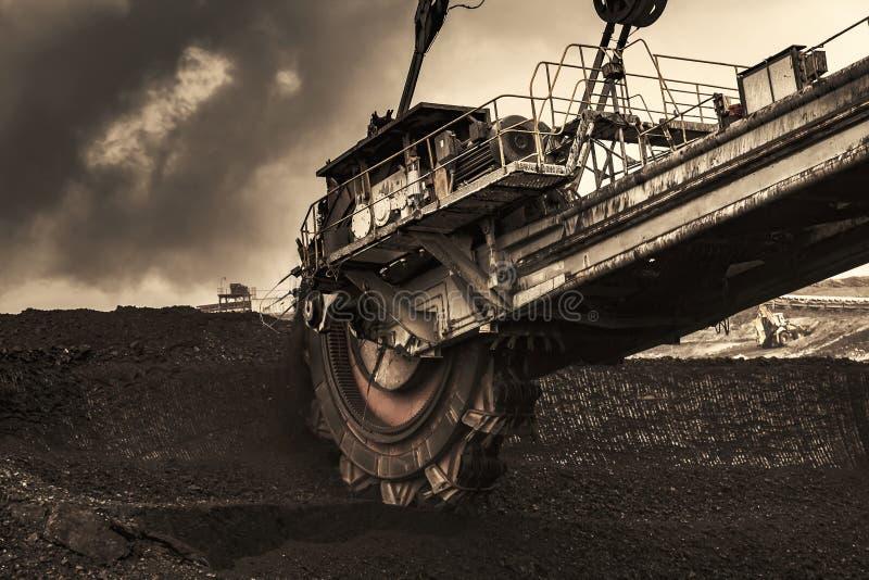 巨型戽头转轮挖土机在煤矿 免版税库存图片
