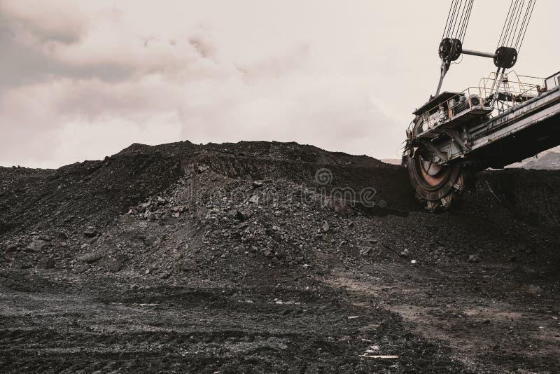 巨型戽头转轮挖土机在煤矿 免版税库存照片