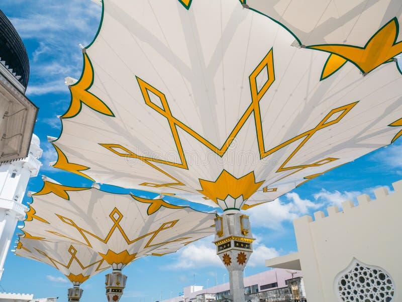 巨型折叠的伞在班达拜图拉赫曼大清真寺 库存图片