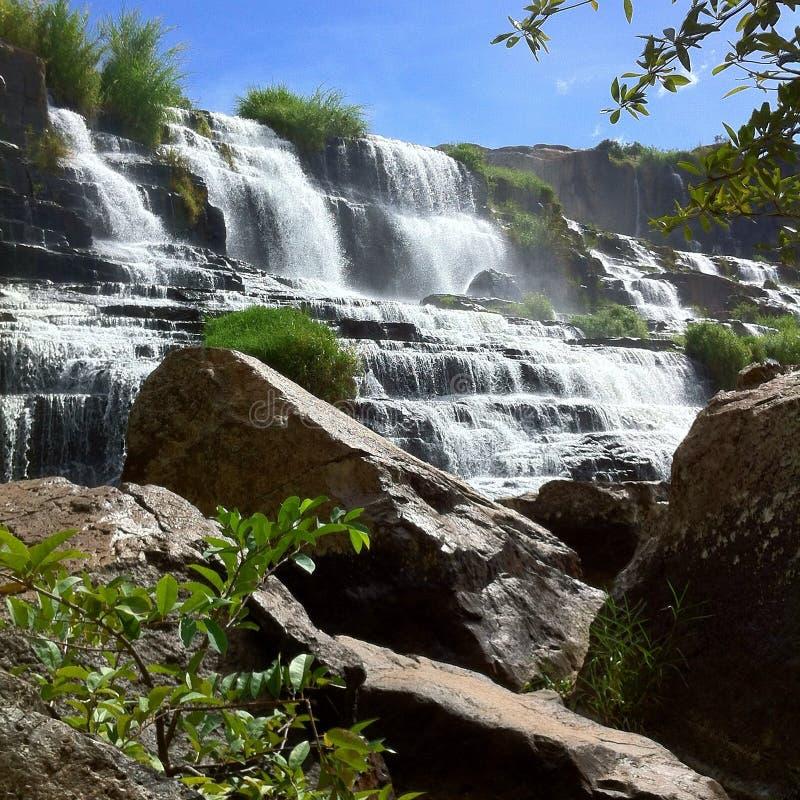 巨型瀑布在亚洲密林 免版税图库摄影