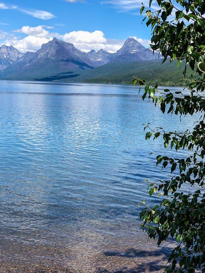 巨型的山和蓝色镇静湖背景 库存图片