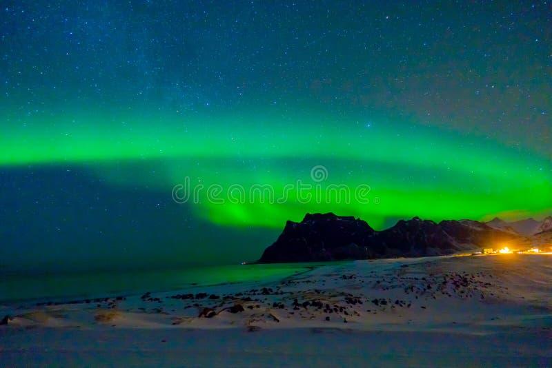 巨型的绿色充满活力的极光Borealis的美好的图片,也知道作为在夜空的北极光在Lofoten 免版税库存照片