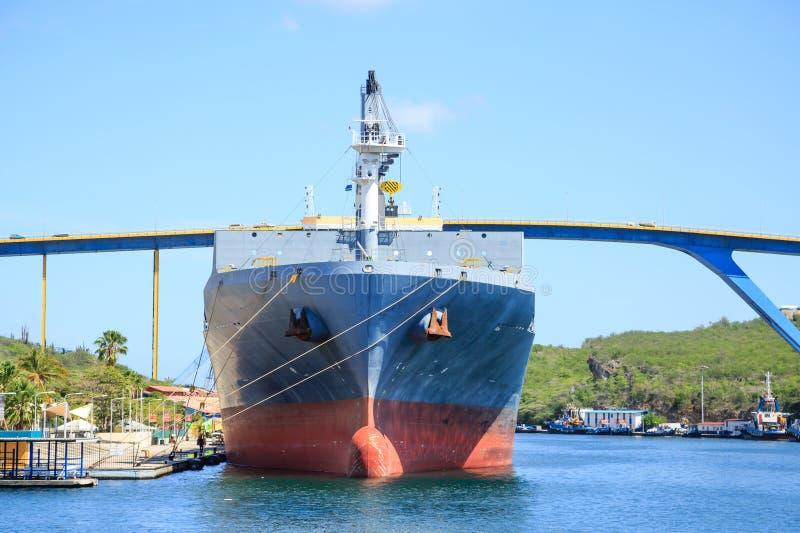 巨型的罐车在库拉索岛桥梁下 免版税库存图片