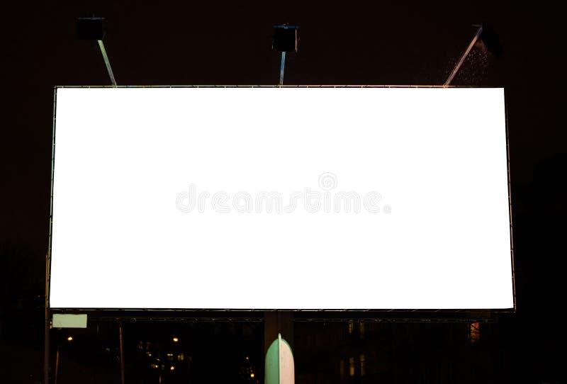 巨型空白的广告空间在夜间的都市城市环境里 可能 免版税库存图片