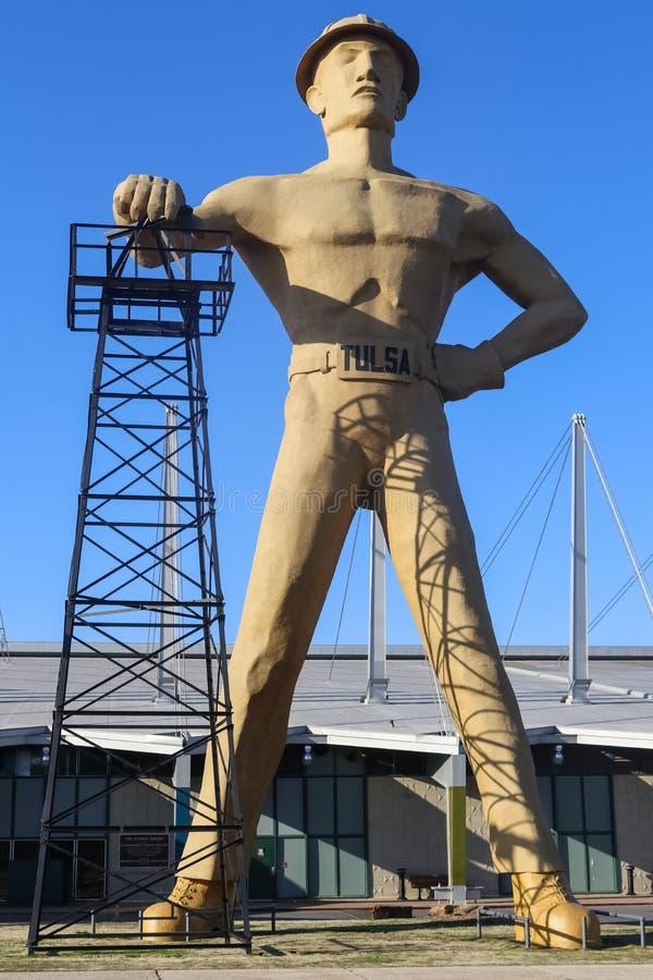 巨型金黄缵孔者雕象和地标油田工作者和井架近的路线66在土尔沙俄克拉何马 免版税库存图片