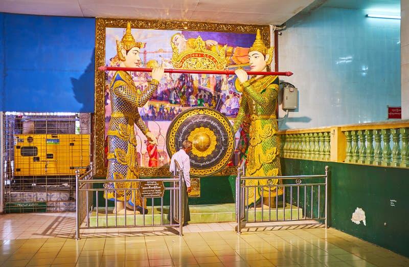 巨型锣在Chaukhtatgyi菩萨寺庙,仰光,缅甸 图库摄影