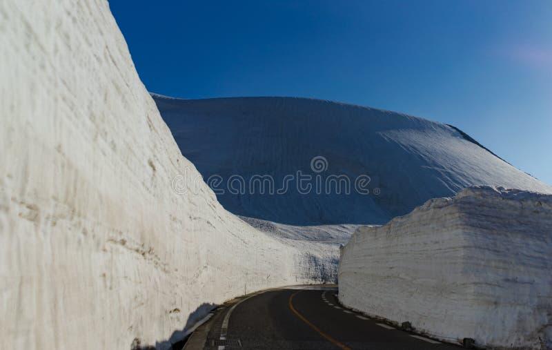 巨型雪墙壁,馆山高山Rou美好的风景视图  免版税库存照片