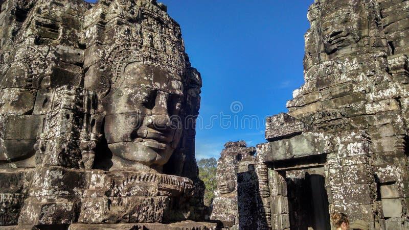 巨型面孔在拜伦寺庙柬埔寨 免版税库存图片