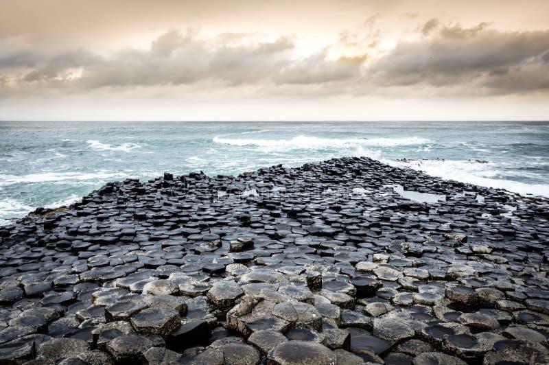 巨型` s堤道的全景,爱尔兰 免版税库存照片