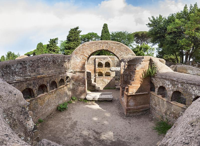 巨型immersive全景与位于考古学的典型的骨灰瓮安置所建筑学的古老罗马坟墓 库存照片