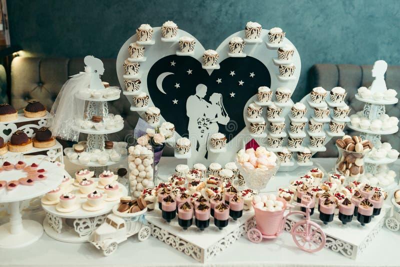 巨大听见与在爱的夫妇装饰婚礼聚会的棒棒糖 在白色和桃红色颜色的构成 库存照片