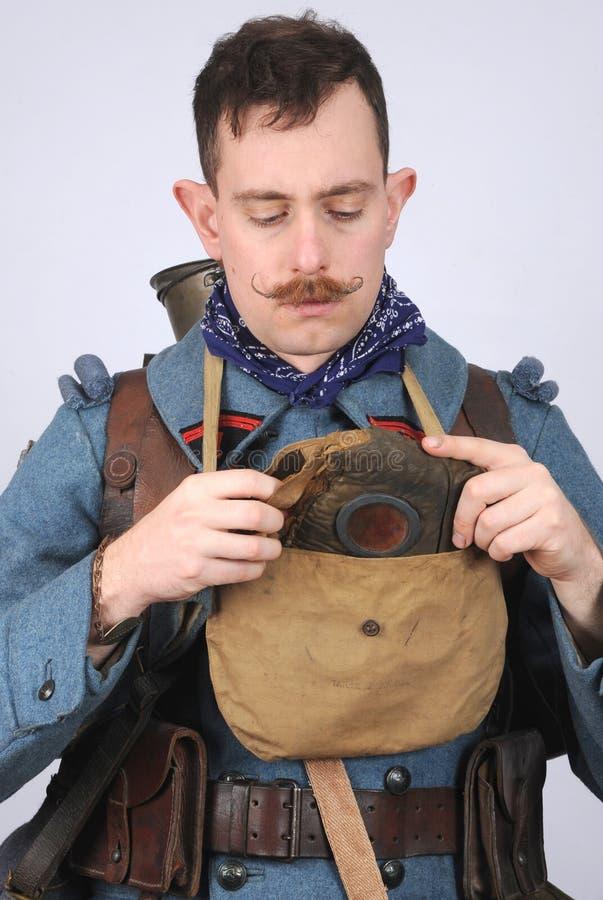 巨大战争法国工程师穿上他的防毒面具 库存照片