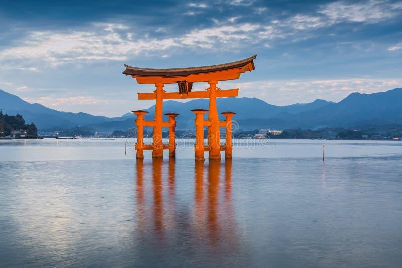 巨大浮动门(O-Torii)在Itsukushim附近的宫岛海岛上 库存图片