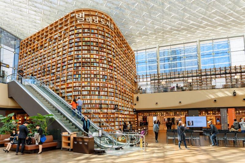 巨大的书架看法在汉城Starfield图书馆里  免版税图库摄影