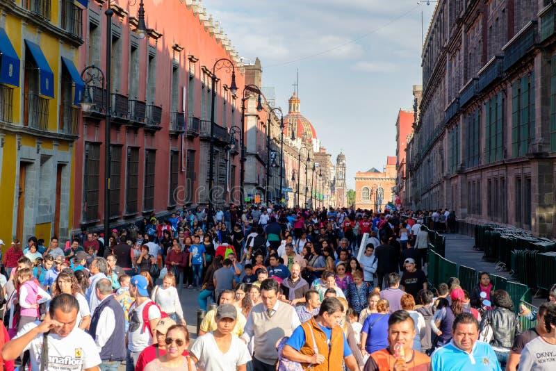 巨大的人群和五颜六色的大厦在墨西哥城的历史的中心 免版税库存照片