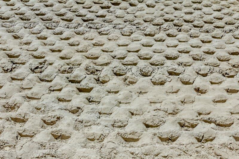 巨大的压路机踪影有钉的变紧密土壤在buil 免版税库存照片