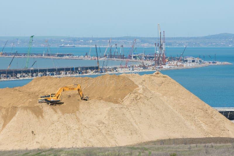 巨大的堆在前景的土壤和桥梁的弯建设中横跨Ker 库存图片