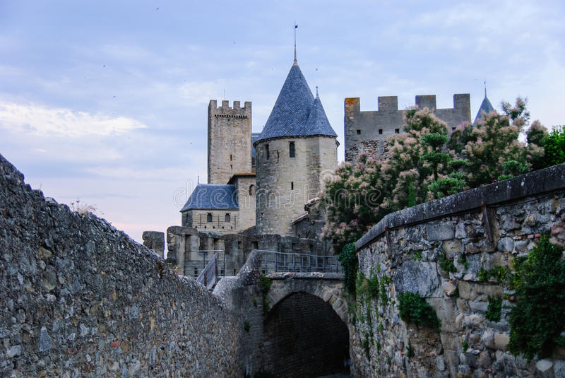 巨大的塔和墙壁在老镇卡尔卡松,法国 库存照片