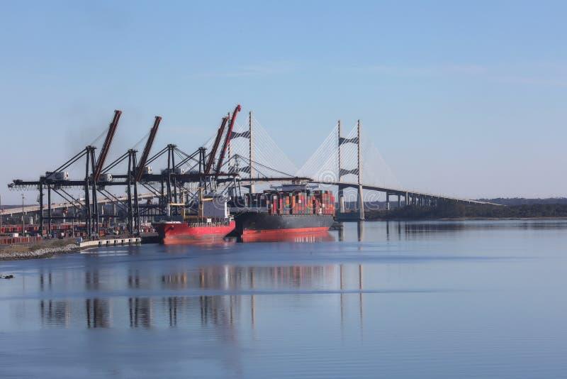 巨大的容器货船被卸载,佛罗里达杰克逊维尔 免版税图库摄影
