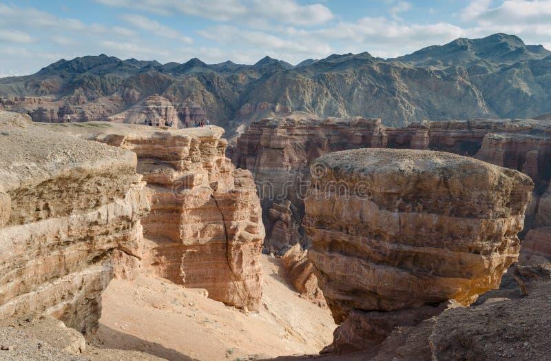 巨大的岩石的小人 免版税库存照片
