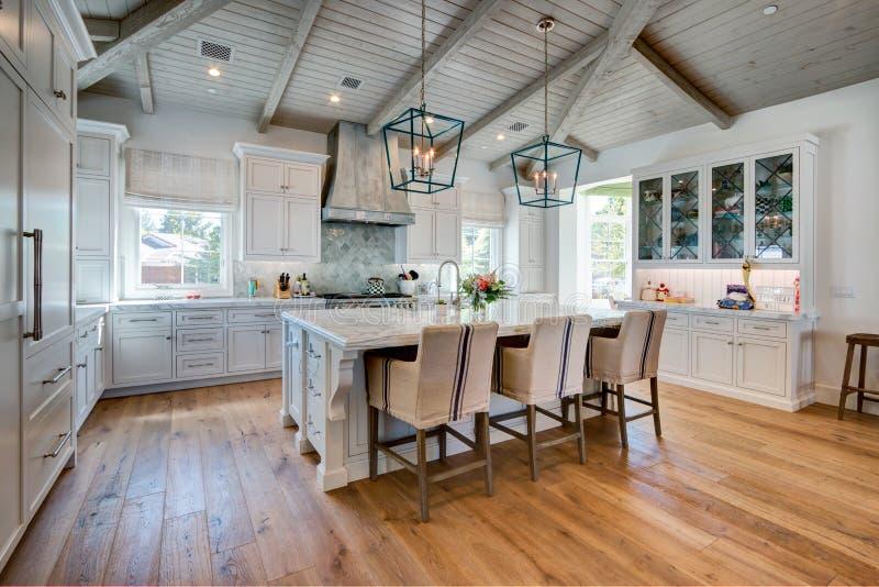 巨大的明亮的现代家庭厨房 免版税库存照片