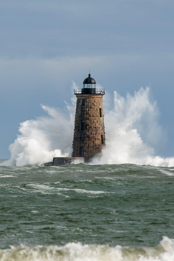 巨大的波浪周围石头灯塔塔在缅因 库存照片