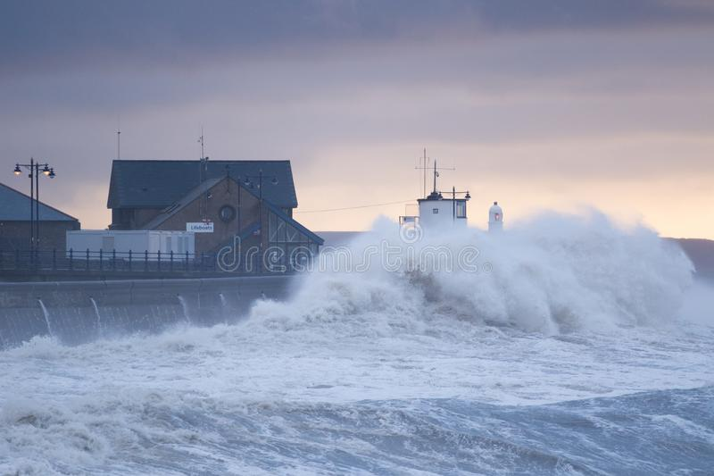 巨大的波浪碰撞在沿海岸区在波斯考尔,南威尔士 库存图片