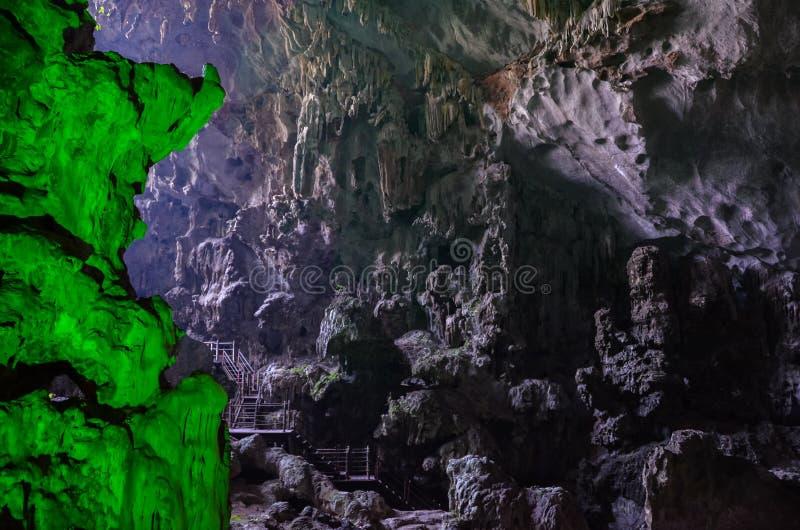 巨大的洞穴在下龙湾越南 库存照片