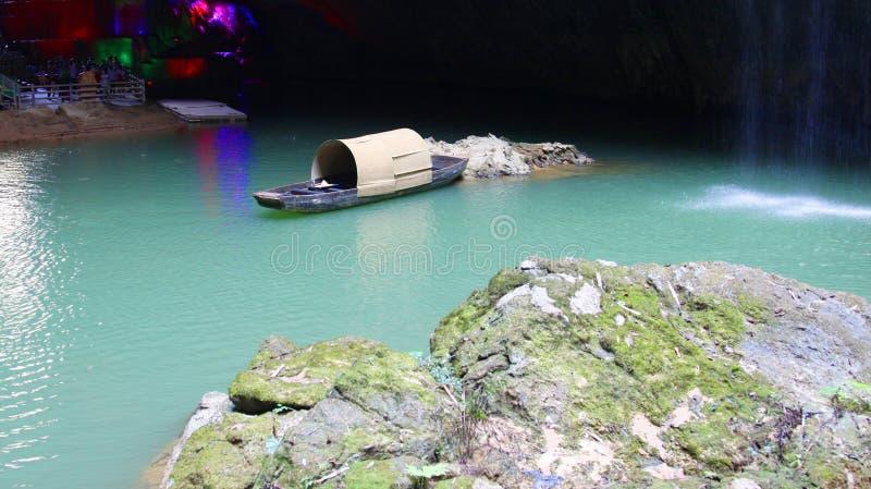 巨大的洞,谷,峡谷,有湖的峡谷它的 图库摄影