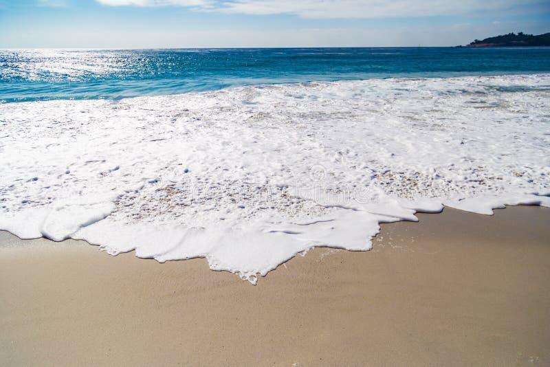 巨大的海浪在Carmel由这海,在加利福尼亚,美国 图库摄影