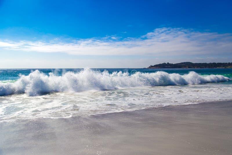 巨大的海浪在Carmel由这海,在加利福尼亚,美国 免版税库存图片