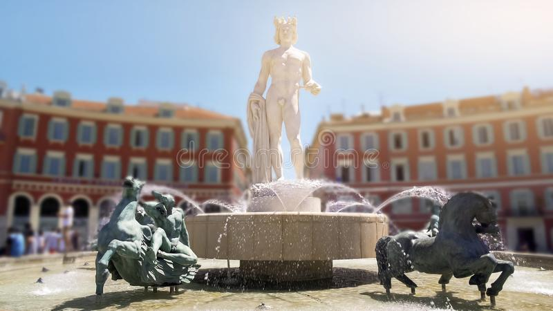 巨大的白色大理石阿波罗雕象在太阳喷泉,尼斯地标,法国的中心 库存照片