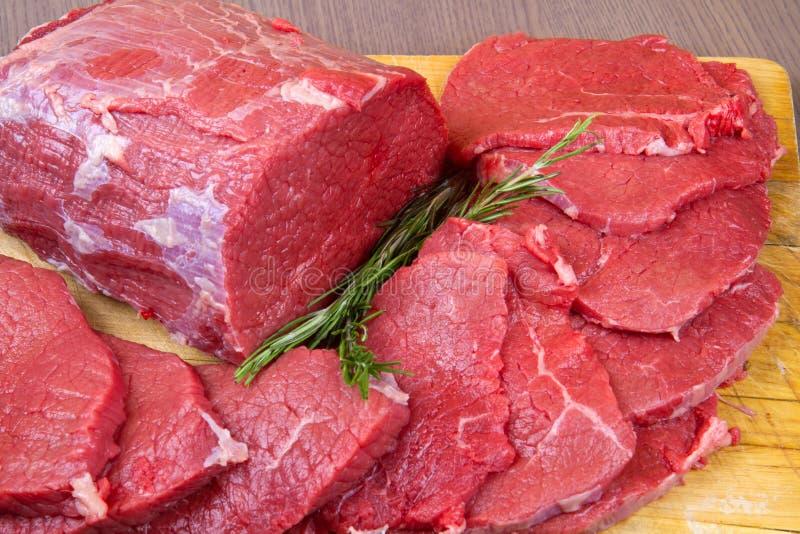 巨大的红肉大块和牛排在木桌上 库存照片