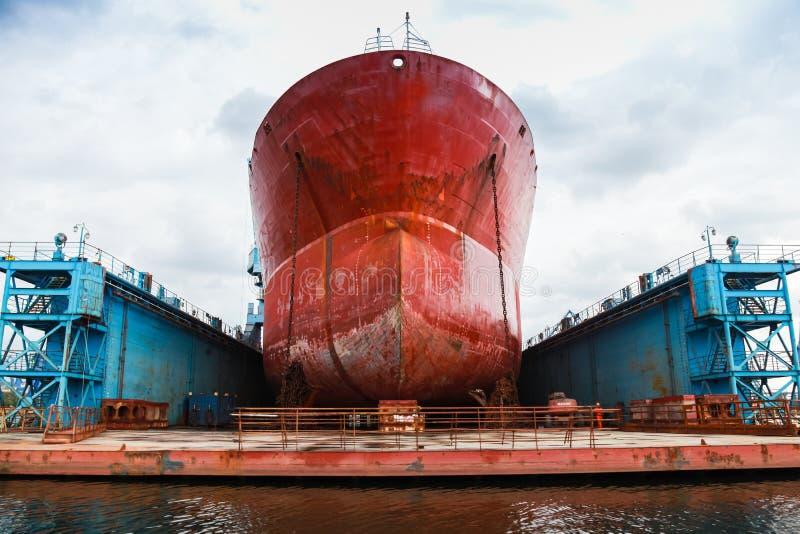 巨大的红色罐车在浮船坞 库存照片