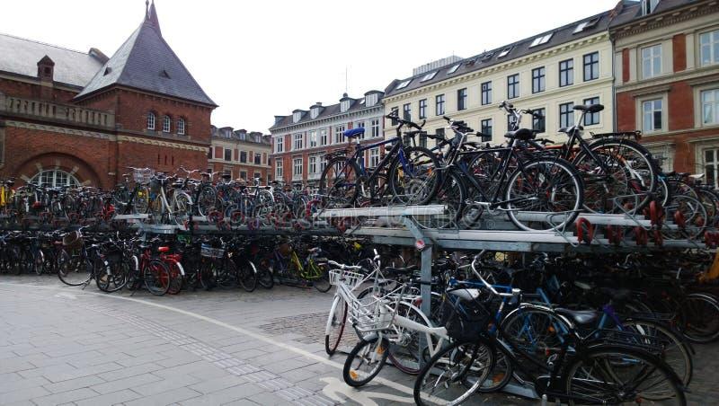 巨大的自行车停车处在中央火车站丹麦附近的哥本哈根 免版税库存图片