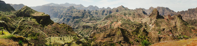 巨大的贫瘠山峰华美的全景视图,干燥干旱的沙漠峭壁和峡谷环境美化 重创的Ribeira 免版税库存照片