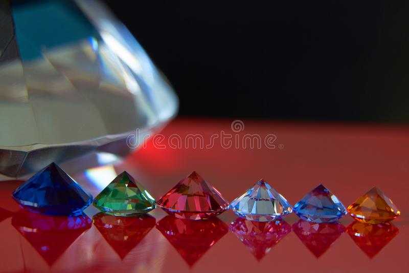 巨大的金刚石和几别致的水晶红色和黑表面、淡光和闪闪发光上 库存照片